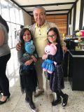 Mauricio de Sousa com as pequenas Isabella e Helena, filhas do cantor Luciano e Flávia Camargo
