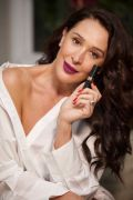 Claudia Raia usa batom Power Stay Roxo Vibrante
